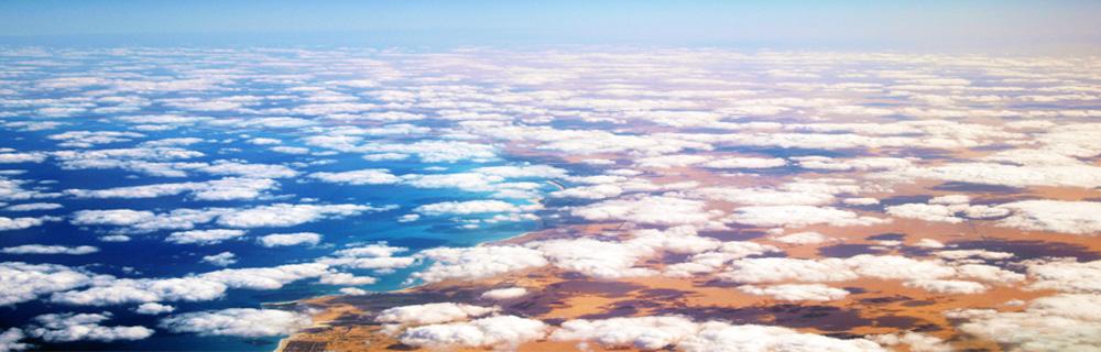 Ein Blick aus dem Flugzeug beim Flug über Afrika