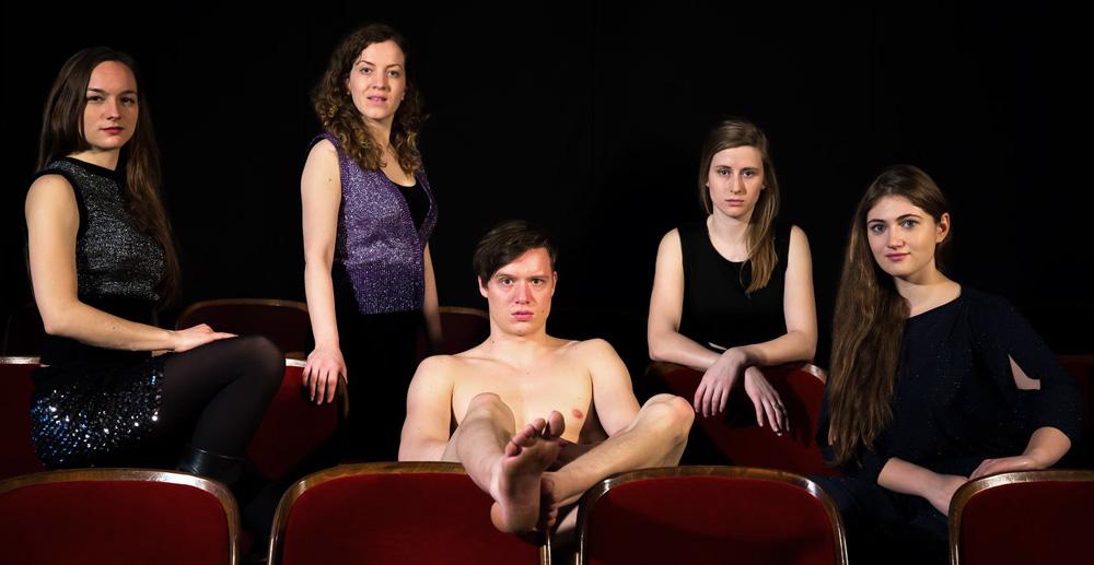 Ein Schauspieler und vier Schauspielerinnen im Theater