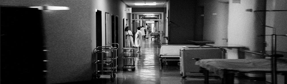 Krankenhausflur mit Personal