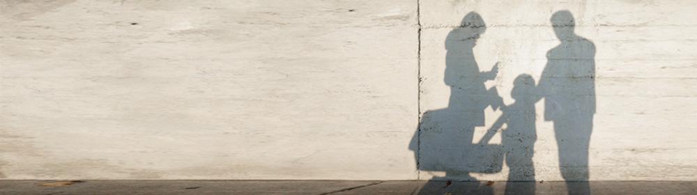 Schatten einer Kleinfamilie auf einer Wand