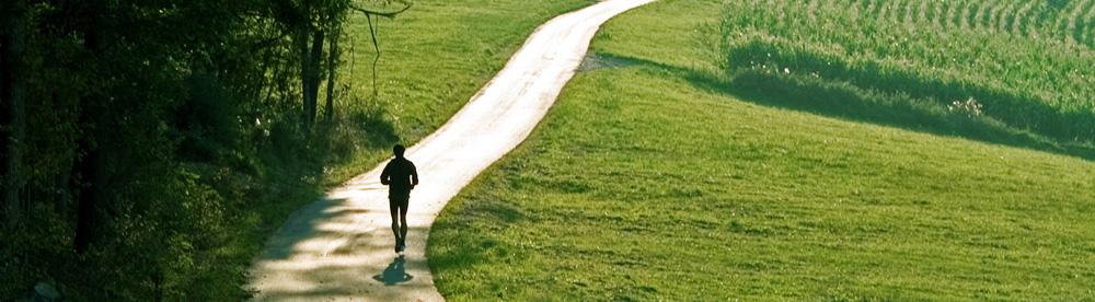 Jogger läuft eine Straße entlang
