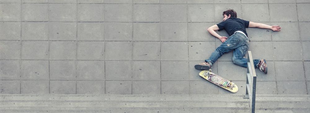 Ein Skater liegt auf dem Boden