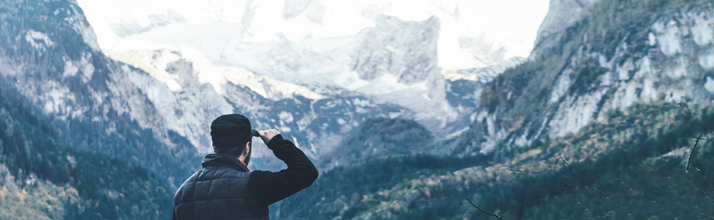 Ein Mann schaut auf Berge