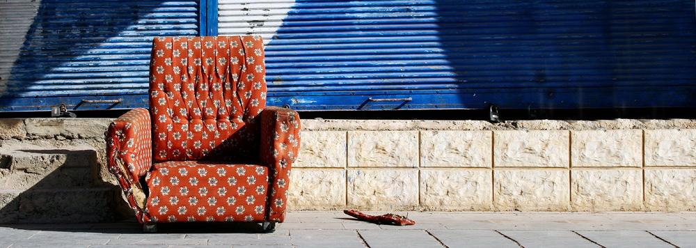 Kaputter Sessel auf der Straße