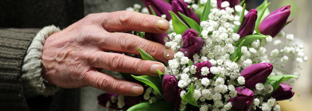 Alter Mann mit Blumen