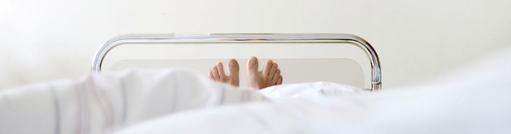 Füße in einem Krankenbett