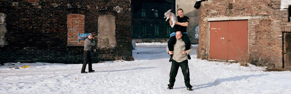 Drei Männer im Schnee mit einem Hasen