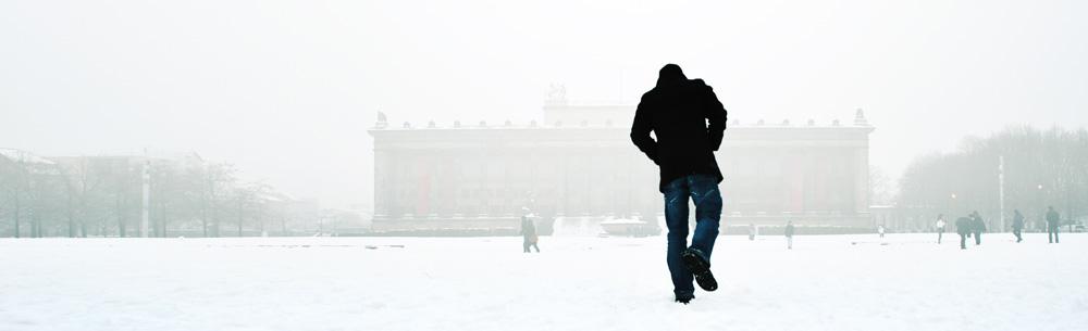 Ein Mann stapft durch en Schnee