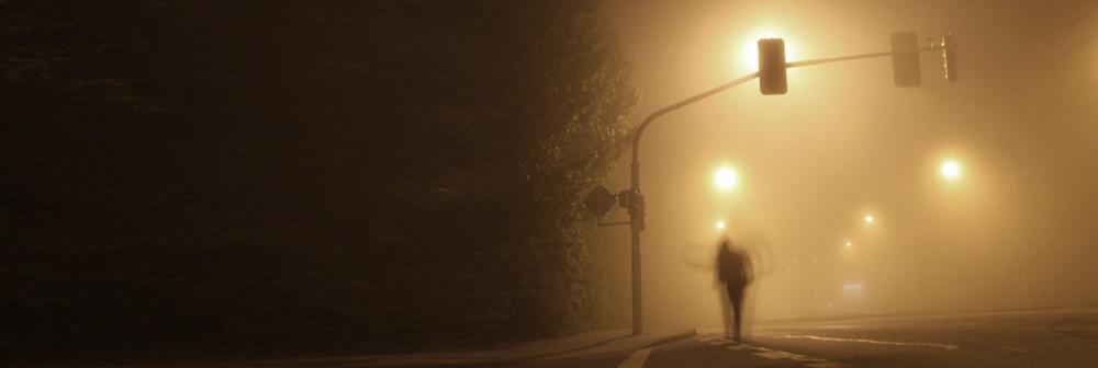 Ein Mann nachts auf einer Straße