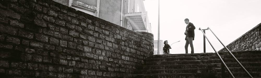 Vater und Sohn an einer Treppe in der Stadt