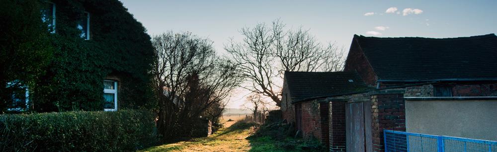 Rand eines Dorfes vor Landschaft