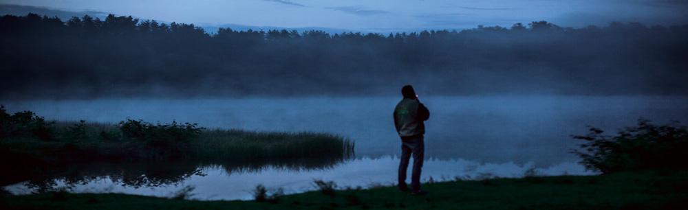 Ein Mann abends am See