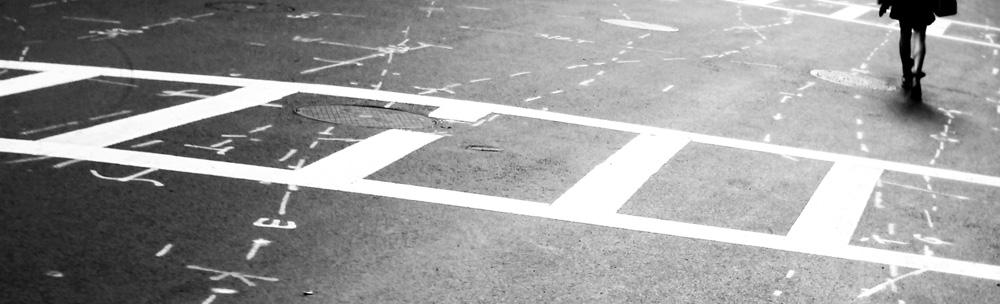 Eine Frau geht eine Straße entlang
