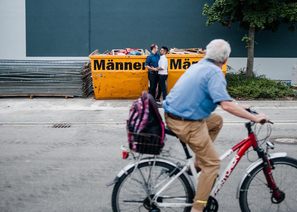 Ein Fahrradfahrer sieht zwei Männer