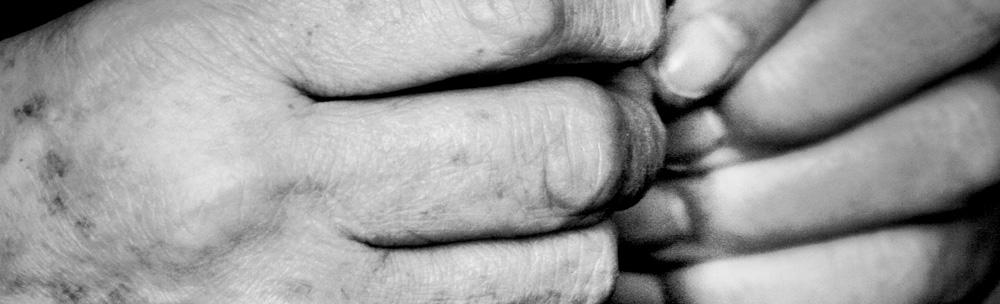 Hände eines alten Menschen