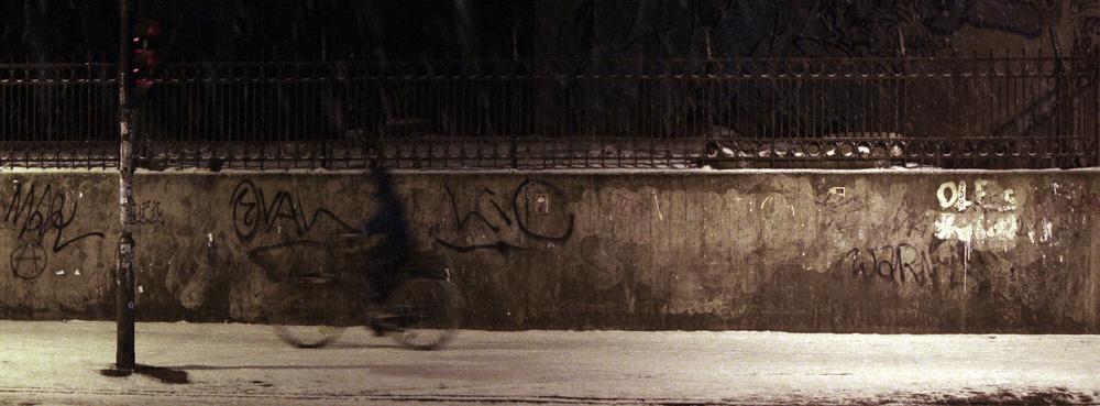 Radfahrer bei Nacht und Schnee