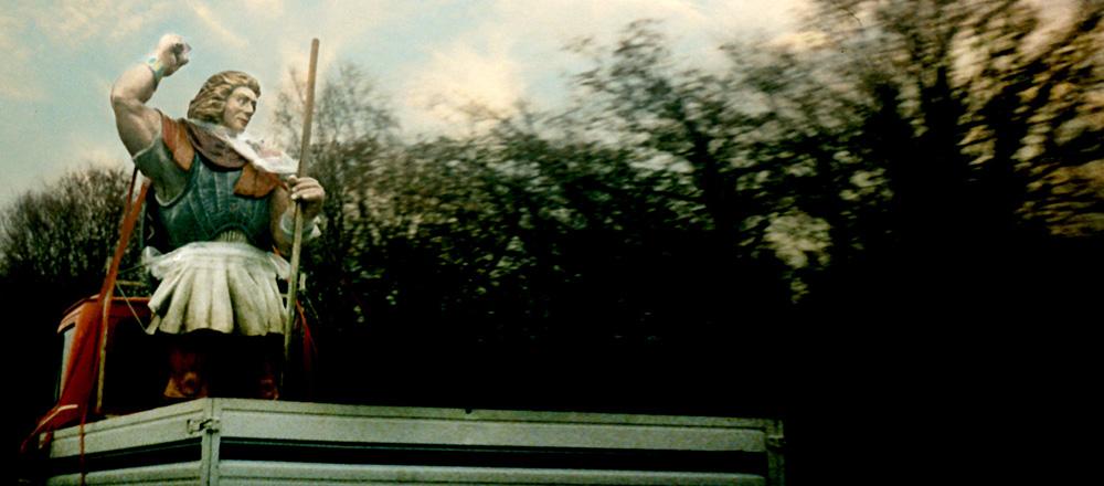 Götterfigur im Lieferwagen
