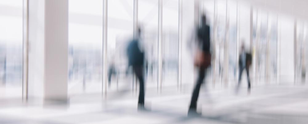 Passanten gehen durch eine Halle
