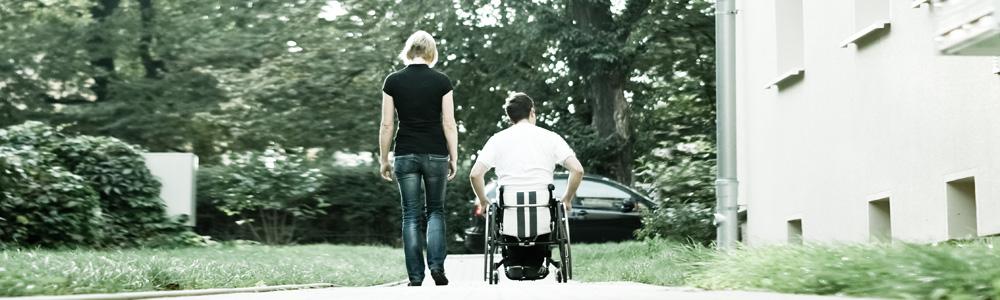 Eine Frau und ein Mann im Rollstuhl