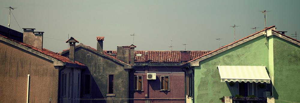 Häuserfront in einem Dorf