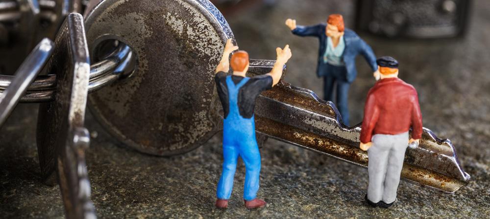Zwei Männer streiten sich um einen Schlüssel