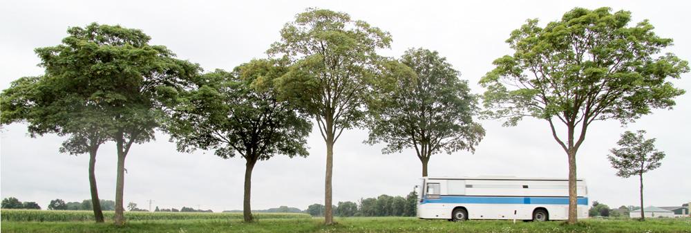 Ein Bus der JVA fährt auf einer Landstraße