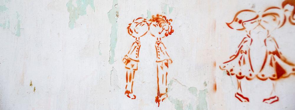 Grafitti mit zwei Jungen und zwei Mädchen