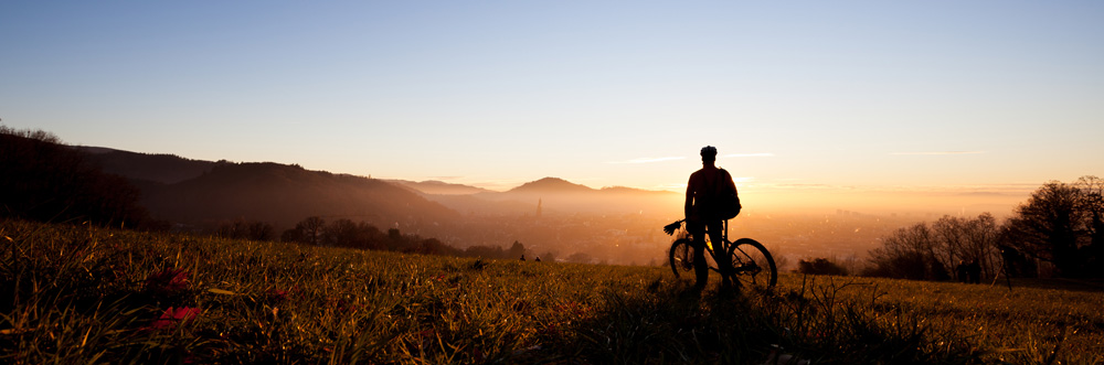 Radfahrer in den Bergen im Morgenlicht