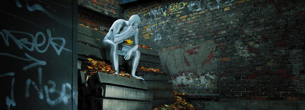 Eine Kunstfigur sitzt in einer Ruine