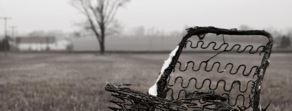 Ein verbrannter Sessel in der Landschaft