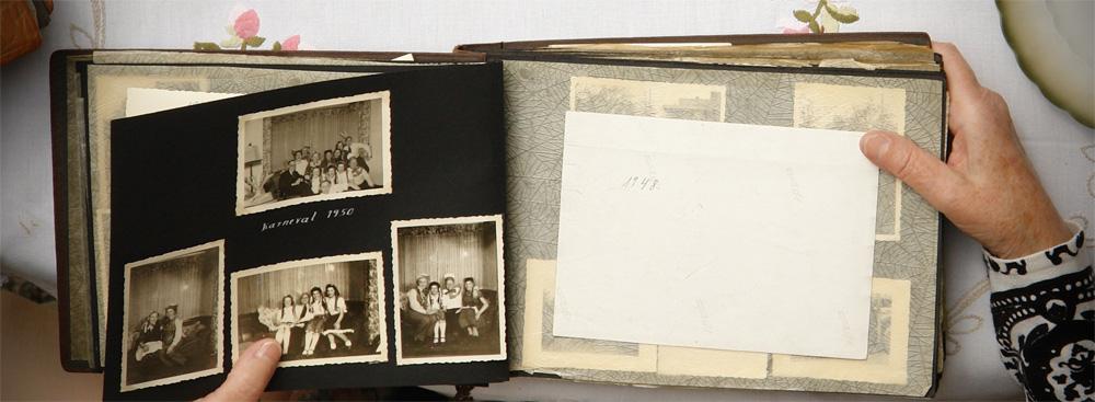 Blättern in einem alten Fotoalbum