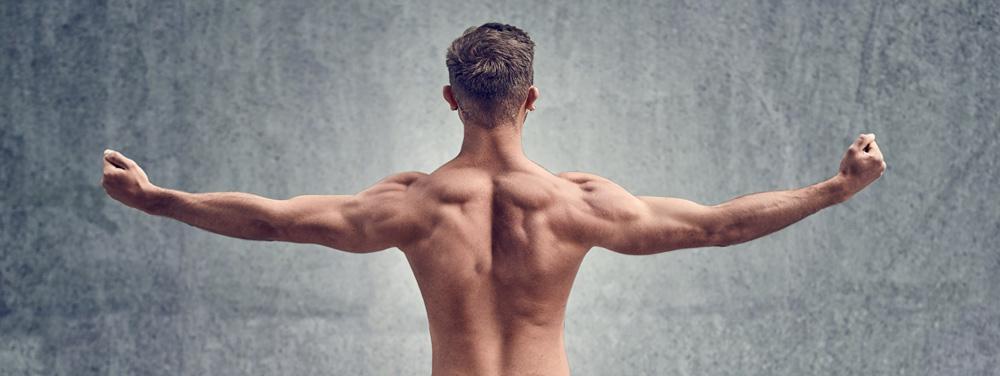 Ein muskulöser Mann breitet seine Arme aus