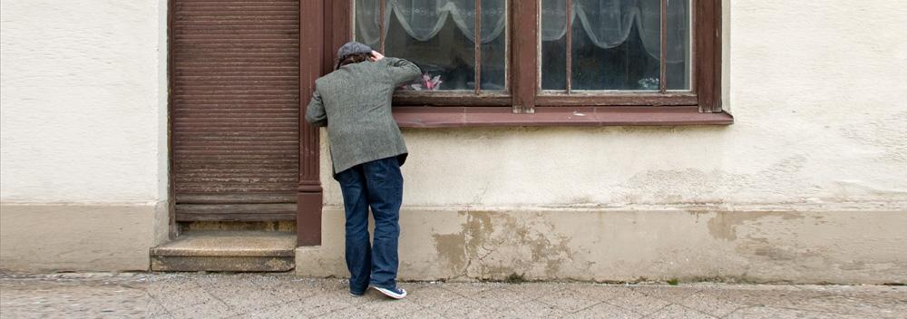 Ein Mann schaut durch ein Fenster