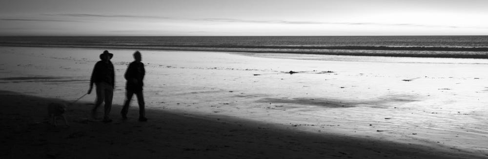 Zwei Männer spazieren am Strand