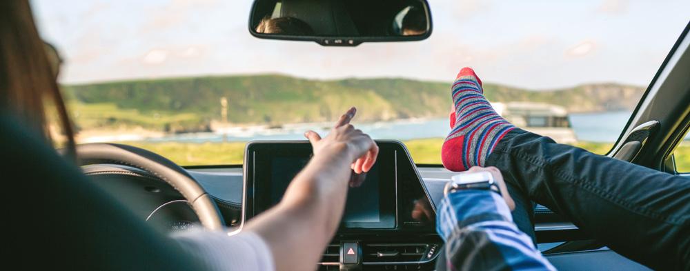 Junge Leute im Auto unterwegs