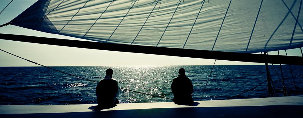 Zwei Männer im Abendlicht auf einem Segelboot