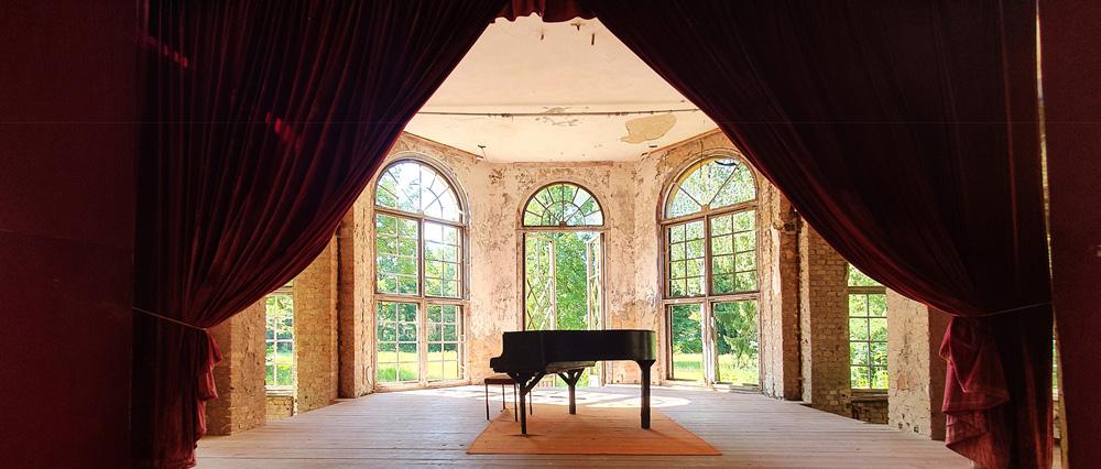 Ein Klavier in einem Saal