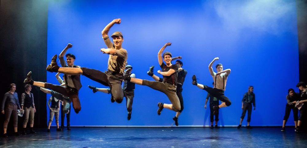 Männer tanzen auf einer Bühne