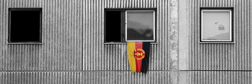 DDR-Fahne hängt as einem Fenster