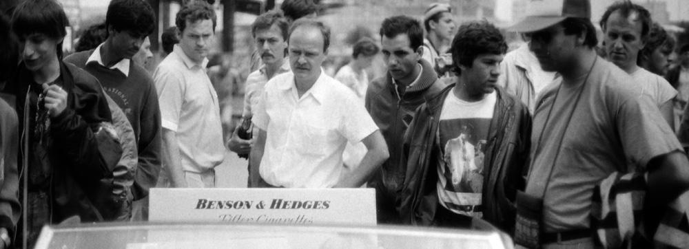Männer in Ostberlin schauen auf eine Zigarettenwerbung