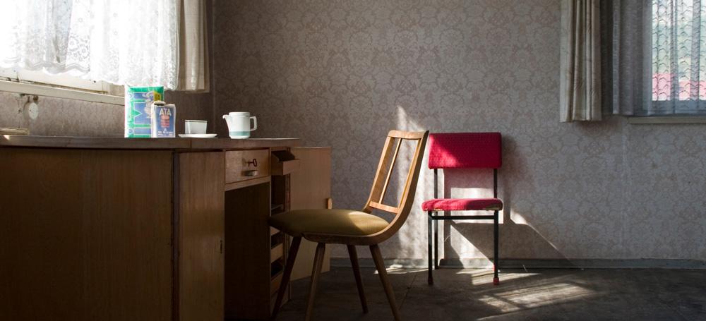 Zimmer mit Schreibtisch und zwei Stühlen
