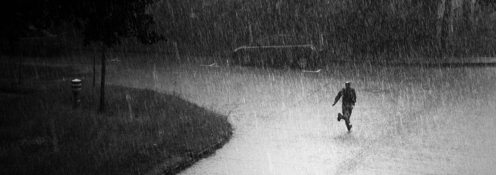 ein Mann läuft durch den Regen