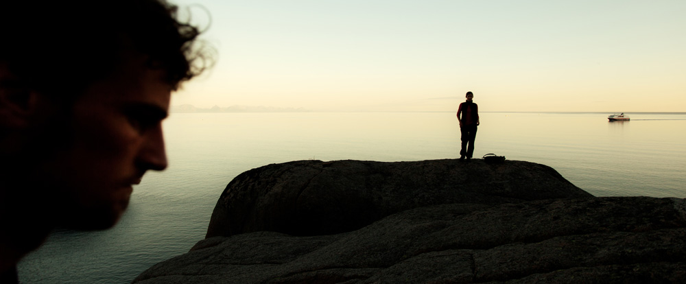 Mann und Frau an der norwegischen Küste