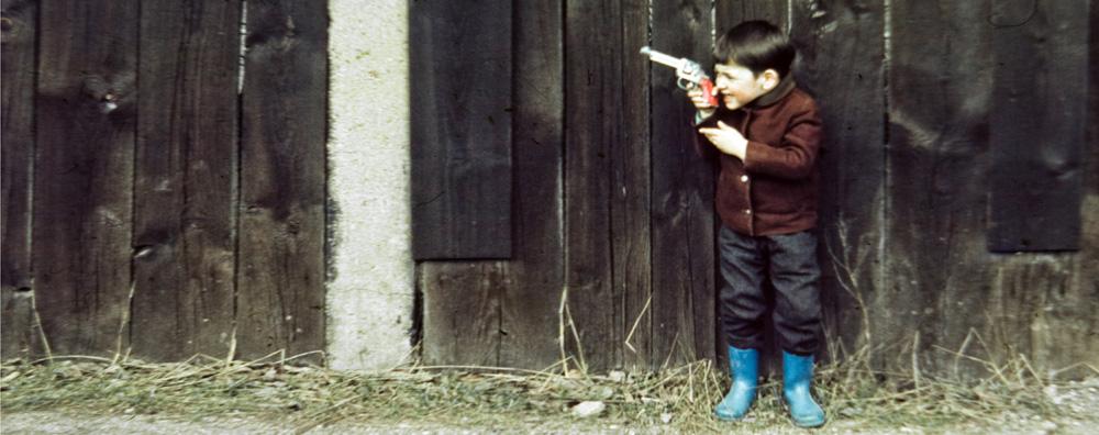 Junge spielt mit einer Pistole