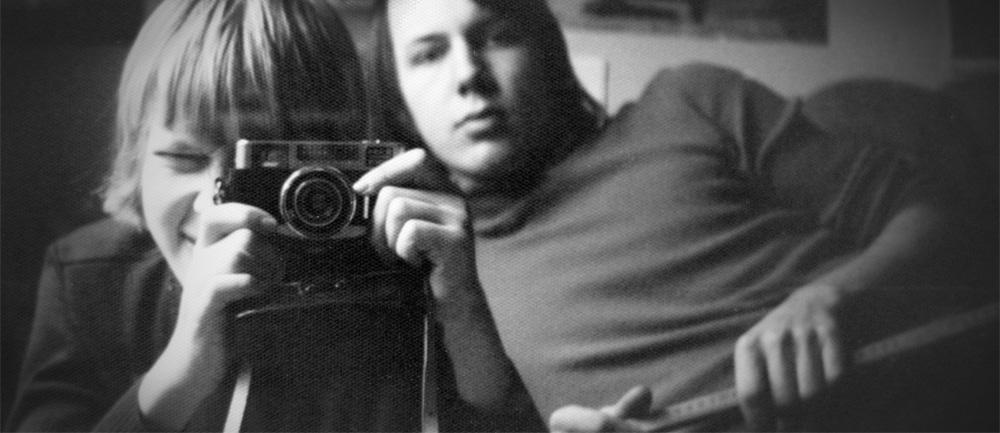 Zwei Jungen im Zimmer und einer fotografiert