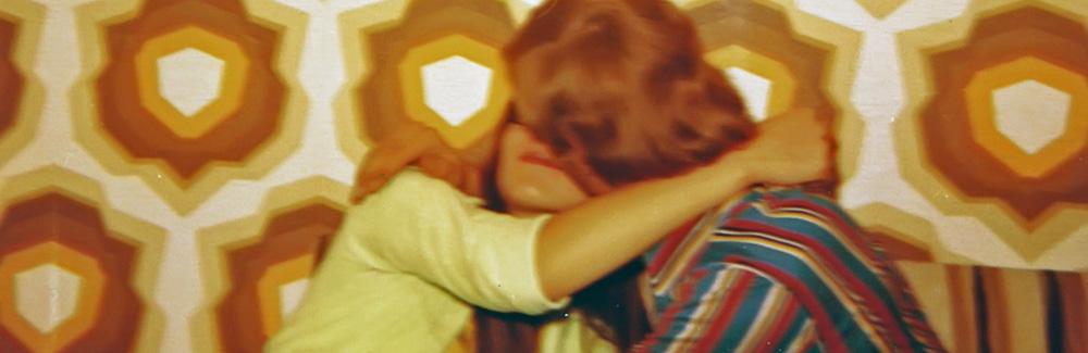 zwei Jugendliche vor 70er Jahre Tapete