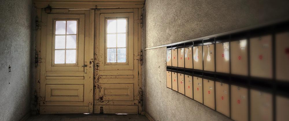Eingangsflur eines Altbaus mit Briefkästen