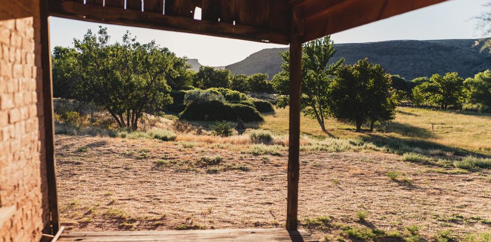 Blick aus einem Haus auf eine Landschaft