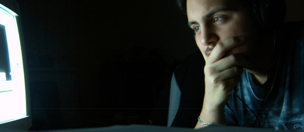 ein Mann schaut in einen Bildschirm