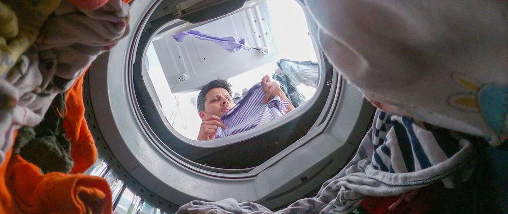 Ein Mann beim Wäsche waschen